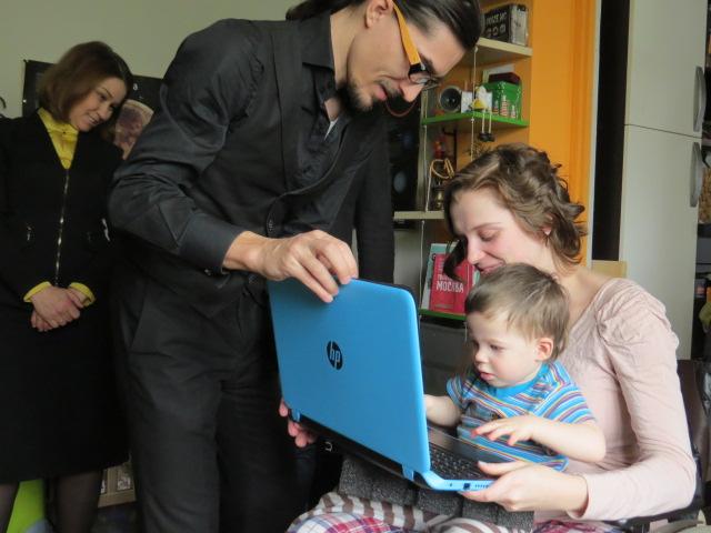 Вручение ноутбука Светлане Козиной